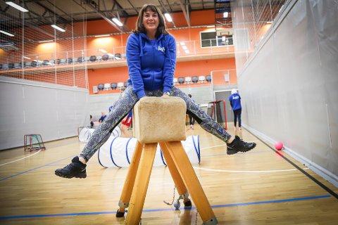 TILBYR GRATIS TRIM: Ellen Hansen jobber som prosjektkoordinator i Aktiv Larvik og er selv en av dem som har treningstimer på timeplanen. – Hver tirsdag i Farrishallen, det er bare å komme, sier den spreke 53-åringen.