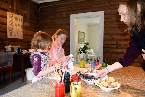 POTETTRYKK: K. Stalsberg og Nora K. Gradert lærer potgettrykk av Åshild Rybråten.