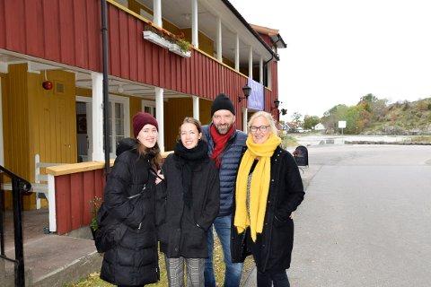 KJAPT KJØP: Ståle ChristianseN, fruen Margrete og døtrene Maria og Linnea tar ofte kunstrunden i Stavern. Denne gangen ble det et kjøp.