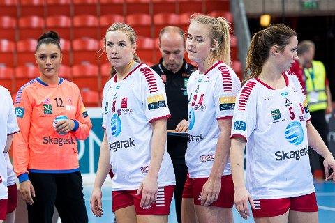 UTE: Mari Molid har vondt i en tommel. Fredag blir hun undersøkt, og Geir Oustorp får vite hvor legge LHKs toppscorer i Eliteserien blir ute.