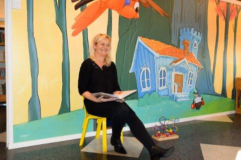 LES HØYT: Nina Halvorsen på biblioteket oppfordrer til at man leser høyt for barna.