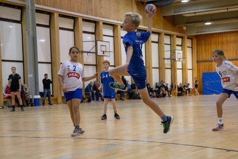 På bildet: Larvik Turn-spillerne Jacob Eftedal (nr 3), Åsmund Christensen (nr 4), Samah Houlai (nr 2) og Mina Pettersen (nr 9).