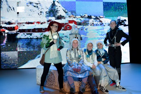 HVIT JUL: Smartine (Martine Ugland), Skare (Klara Ringheim), Rim (Erlend Ringheim Eriksen), Fnugg (Samuel Wiig Andersen) og Krystall (Signe M. O. Eidsheim) er sammen med mange andre klare for en spenennde juleforestilling i Munken.