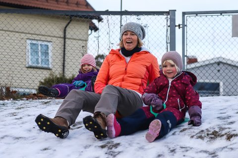 FULL FART: Uteområdet til Varden barnehage har akkurat nok snø til at (f.v.) Frida Eek Ranang (5 ½), a-pedagog Gro Solem Arff og Camilla Moen-Eftedal (5) kan sette utfor i akebakken.