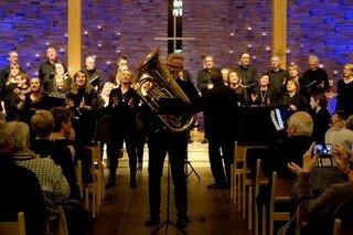 """Filip Hauan Gundersen bidro som solist på tuba på sangen """"Just a closer waltk with thee"""""""