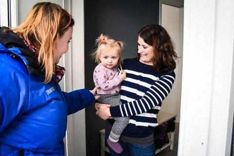 TENKER NYTT RUNDT TILVENNING: Anne Line a´Toftini opplevde hjemmebesøk og tilvenning i barnehagen som positivt for datteren Julie. Ideen fikk Tone Merethe Røed (t.v.) fra et dansk forskningsprosjekt.