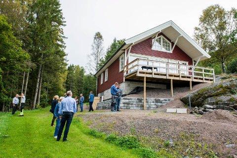 OMSTRIDT HYTTE: Hytta ligger idyllisk til innerst i Lysebofjorden i Farris. Bildet er tatt under en planutvalgsbefaring i 2016.