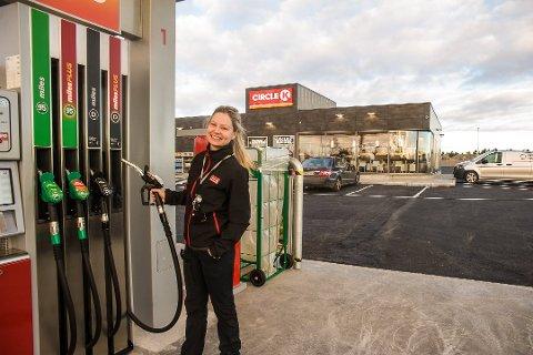 ULIKE PRISER: Det er ikke sikkert at du får billigst drivstoff hvis du fyller på mandags morgen likevel. (Arkivfoto: Nils-Erik Kvamme)