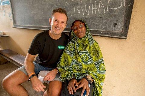 Halvor Bakke fikk selv en øyenåpner for hvor viktig veldedig arbeid er. At et par pent brukte briller kan gi gamlemor et nytt liv på Zanzibar.