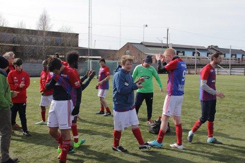 GLADE FJES: Fram fotball sitt gatelag vant i deres andre kamp for sesongen. Det betydde stort for spillerne som kjempet vemodig for seieren mot Odd.