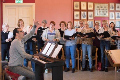 INTENSIV HELG: Massimiliano Viapiano engasjerer, motiverer og prepper Tjølling Sangforening for tirsdagens Heyerdahl-konsert.