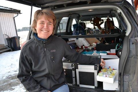 SMILET: Anne Hege Hunskaar Tajet har hatt kontoret i en liten bil og rattet rundt for å hjelpe og bistå både små og store dyr, og eiere, i mange år. Alltid med et stort smil.
