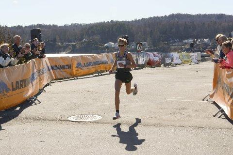 Vant enkelt: Simen Halle Haugen vant oppskriftsmessig Larviksløpet lørdag. Han kom i mål på den knallsterke tiden 22.56.  Foto: Ola Lunde
