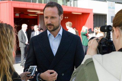 Kronprins Haakon besøker Larvik tirsdag i neste uke. Bildet er etatt under et besøk på Thor Heyerdahl videregående skole i 2014.