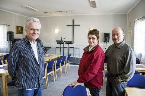 SMYRNA: - Vi gleder oss til å få besøk av Kjell Haltorp, sier Vidar Bergstrøm (t.h.), som er leder for Svarstad bedehus.  På dette arkivbildet står han ved siden av kona Anne Karine Jensen og Bjørn Brustad.