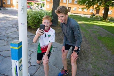 I GANG: Kristian (10) og Henrik Kaupang Lye registrerer den første av hundre stolper i Stolpejakten i Larvik og Stavern.