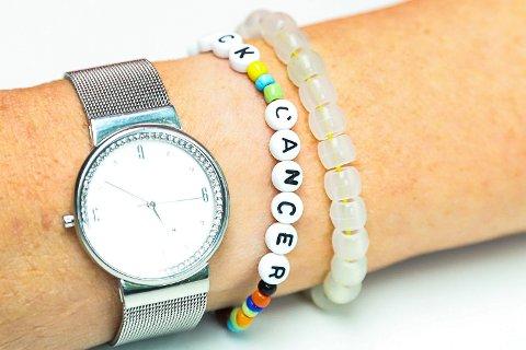 FIKK I GAVE: Berit bærer et hvitt perlearmbånd som skifter farge når de utsettes for UV-stråling.