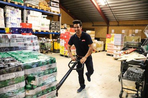 PÅ LAGERET: Qurban Ali Rezai og de andre sommervikarene på Meny Søndersrød har nok av arbeidsoppgaver. Butikken regner med 47.500 kunder i løpet av sommeren.