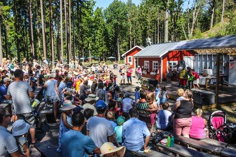 Populær tradisjon: Det har så langt vært en bra sesong for Foldvik Familiepark ettersom mange hundre tilskuere har fylt opp tribunebenkene under det populære Foffateateret.