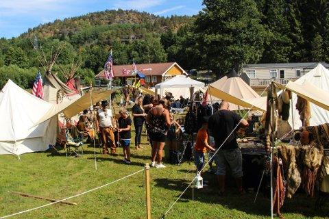 NOE FOR ALLE: Både store og små ser ut til å like western-temaet på campingplassen i Helgeroa.