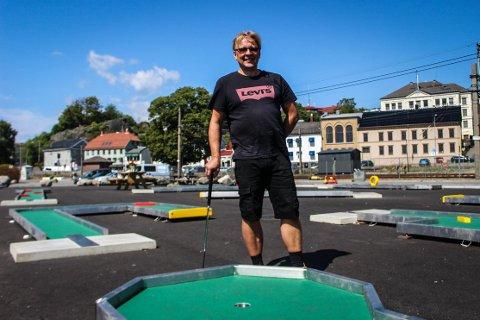 STRÅLENDE FORNØYD: Daglig leder for minigolfen ved Indre Havn, Asbjørn Lien, er strålende fornøyd med besøkstallene denne sommeren.