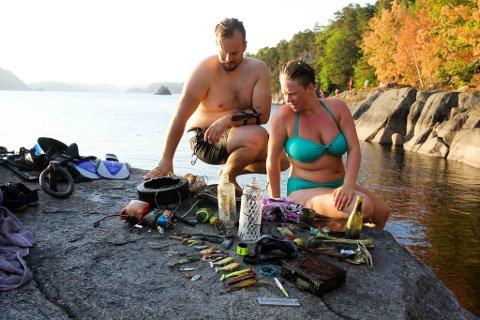 FUNN I FARRIS: Hobbydykkerne Jonn Øyvind Hosum og Eva Therese Johansen finner alltid noe søppel å plukke med seg når de dykker i Farris.