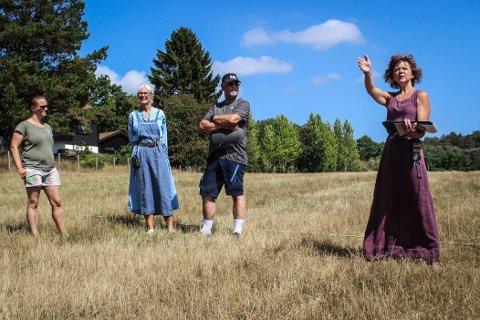 SKUFFENDE BESØKSTALL: Så langt er ikke ildsjelene ved Kaupang imponert over antall besøkende i sommer. Her forteller Wenche Hellum om vikinglandsbyen på byvandring lørdag formiddag. - Det skulle gjerne vært fler her, sier hun.