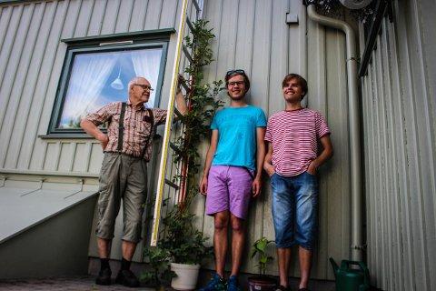 2,3 METER HØY: Potetplanta til Sverre Isaksen (t.v.)  har blitt over to meter høy i løpet av sommeren. - Det gikk ikke lange tida før den ble høyere enn dere begge, smiler Sverre til barnebarna Markus og Fredrik Isaksen (t.h.)