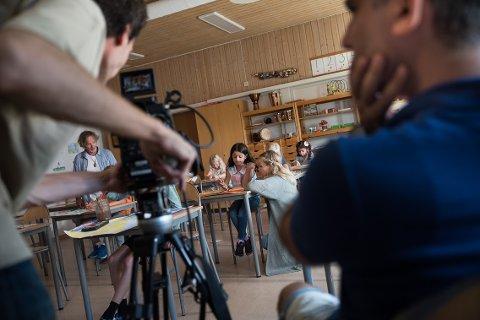 KORTFILM: Filmen «Free as a Bird»  spilles i disse dager på Østre Halsen skole. Filmen handler om en syrisk flyktningjente på syv år. Her er hovedpersonen Sara (Dawod Noor Alhudda Sayf, 9 år) avbildet sammen med Dagrun Anholt, som spiller læreren til Sara.