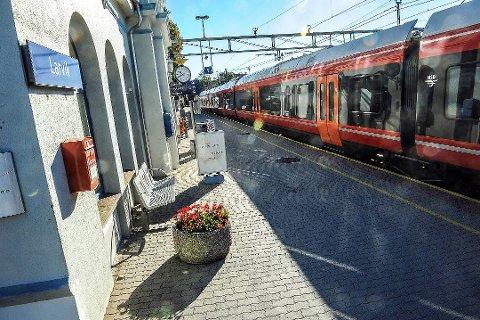 SJU UKER: Så lenge blir det arbeid på Vestfoldbanen, som medfører at det ikke blir mange tog å se på perrongen i Larvik når blant annet forberedelser må gjøres til den nye strekningen mellom Larvik og Porsgrunn. (Arkivfoto)