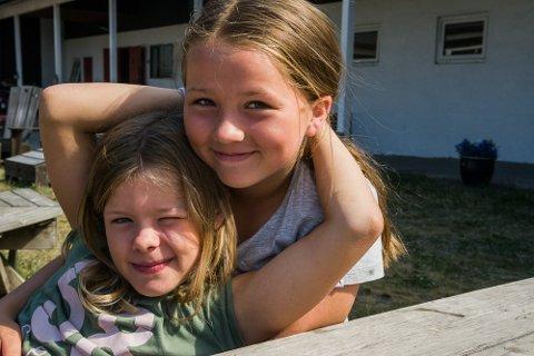 BESTEVENNER: Helmy Mathilda Hansen Mathisen (9) og Andrea Sydnes (11) har rukket å bli godt kjent i løpet av dagene på Damgården.