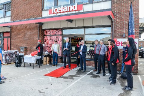 VIL UTVIDE: Det er mange i bransjen som har sagt at Iceland ikke vil klare å lykkes, men etter to måneder i drift har de nå et ønske om å etablere nye butikker i nær fremtid. Her er et bilde fra åpningen av Iceland i Larvik i juni.