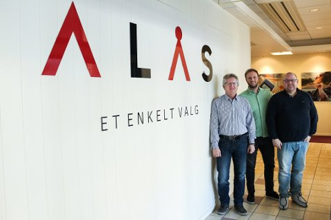 SATSER: Oddbjørn Wølneberg (t.v.), Poul Erik Hoffmann og Jørn Nicolaisen i Alås satser for fullt. De solgte bra i oppstartsåret, men nå skal de øke omsetningen ytterligere.