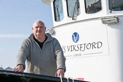 ØYHOPPING: Sommerens rutebåtprosjekt ved skipper Jan Borgen kjørte sin siste rute 5.august. Han forteller at det har vært en fantastisk sommer: – Dette her beriker hele Larviksregionen. Vi har hatt folk som har kommet langveisfra for å ta turen ut til skjærgården vår, sier skipper Jan Borgen.