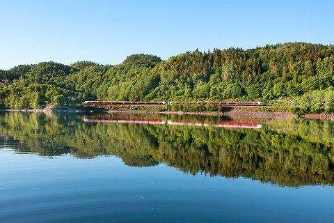 Dagens bane mellom Farriseidet og Eidanger legges ned etter at siste tog har passert natt til 7. august. Her ser vi toget langs Farris ca. 1 km sør for Kjose.