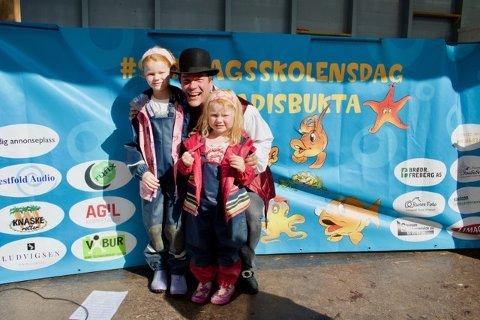 FIKK HILSE PÅ: Miriam (tv) og Sunniva Døvik (th)Vestøl koste seg på Foldvik, her sammen med Maxmillian (midten) fra sceneshowet.