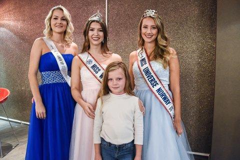 I LARVIK: Lørdag fikk Felicia Marie Lie (7) møte fra venstre: First Runner Up Helene Abildsnes, Miss World Norway 2018 Madelen Michelsen og  Susanne Næss Guttorm Miss Norway 2018.
