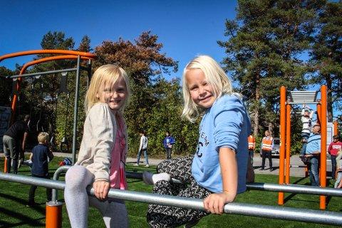 FORNØYDE: (F.v.) Nicoline Katharina Løver-Arnesen (7) og Vilja Føynum (7) synes den nye treningsparken på Kaken er kjempefin.