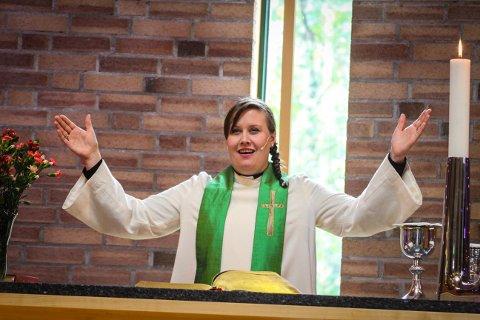 HISTORISK: Søndag formiddag ble Kristin Stensrød Haugen den første kvinnelige presten i Bergs menighet.