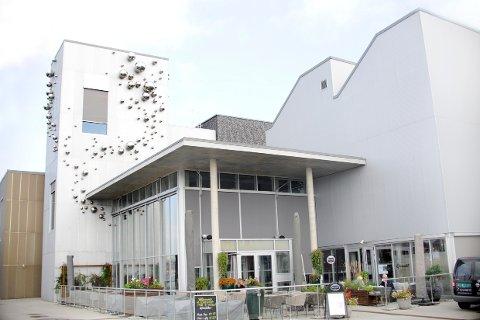 POPULÆR: Uteserveringen til kulturhuset Ælvespeilet er populær så lenge det er vær.