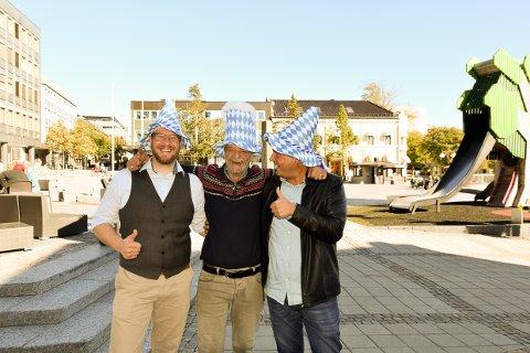 STOR FEST: Reidar Jørgensen, Torbjørn Aglen og Olav Rønneberg skal lage en gedigen Oktoberfest i to dager på torvet.
