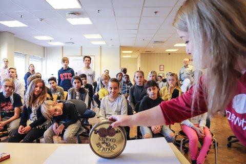 RULLET «FEIL VEI»: Da Thorny Cesilie Andersen slapp kakeboksen, rullet den litt oppover. Ikke nedover, som elevene forventet. Senere på dagen avslørte hun hva som var forklaringen.