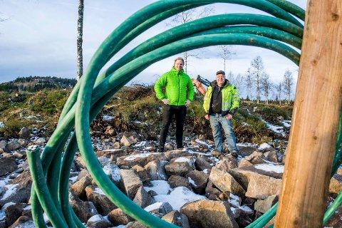 HÅPER PÅ NY GIV: Eskil Støvland og grunneier Thyge Steinsholt har ikke fått fart på tomtesalget nær Breivann. Men nå har de solgt en hytte til rekordpris.