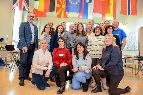 IKT OVER LANDEGRENSENE: Denne uka har Brunla ungdomsskole hatt besøk av 16 lærere fra em ulike land i forbindelse med prosjektet Erasmus+ som de er en del av. Målet er å gi elevene en enda mer spennende og motiverende skolehverdag. Til venstre står ordfører Rune Høiseth som besøkte Brunla fredag.