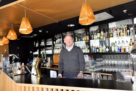 «FRIKJENT»: Restaurantsjef Kim André Samuelsen kan glede seg over null prikker, og  mer kritikk av kommunen enn av Sanden Kafé og Bar i kontrollutvalget.