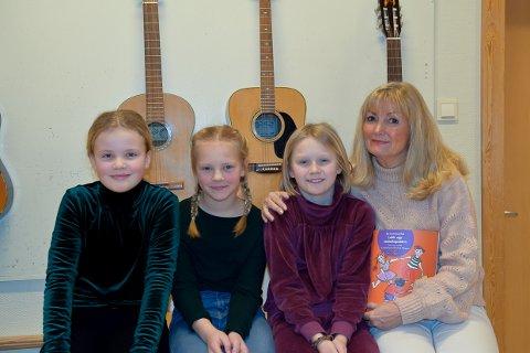 VAR MED: Aurora Aas Barsleth, Signe Andreassen og Henny Kvalvik var med Gunhild Barsleth i studio og sang inn sangene.