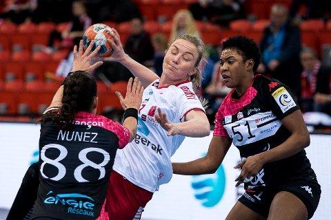 Hærfører: Emilie Christensen spilte en svært god kamp da Larvik HK slo franske Besancon 29-26 i EHF-cupen på hjemmebane lørdag kveld. I kveld møter hun og resten av jentene Skrim i serien.