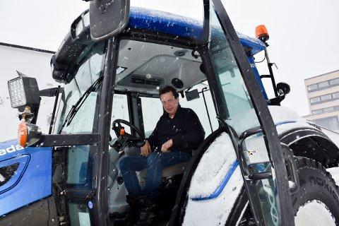 FULL DAG: Rune Sjøåsen har sittet i traktoren åtte timer allerede, og skal brøyte til han blir trøtt.