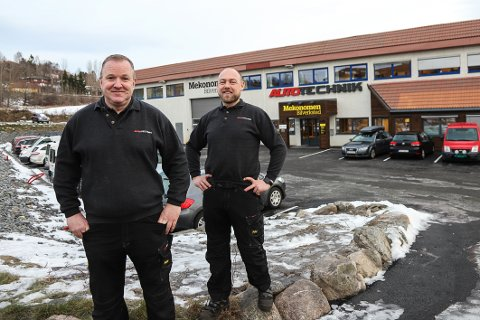PÅ PLASS I NYE LOKALER: 2. januar åpnet Autotechnik i nye lokaler som de nå eier på Faret. – I dag er vi glad for at vi tok den avgjørelsen, sier Torger Høivik (t.h.) og Tom Jarle Larsen, som driver bilverkstedet sammen.
