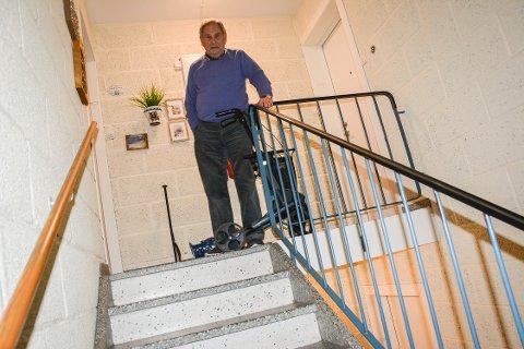 LANGT OPP TIL LEILIGHETEN: Leif Willy Hansen (86) og kona Tulle (85) bor i tredje etasje i en blokk uten heis. Nå har de fått beskjed om at de må betale trappeheis selv.